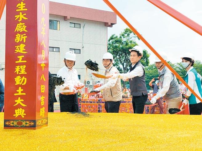 行政院長蘇貞昌(左一)南下主持台南市安平再生水廠動土典禮。(洪榮志攝)