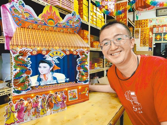 曾任電腦工程師的楊太榮發揮過去專業,改良發明出能夠外接螢幕的戲台模型。(李宜杰攝)
