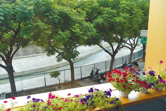 法森小館位於麻園頭溪畔2樓用餐區景致怡人,浪漫氛圍宛如置身小塞納河畔。(黃采薇攝)