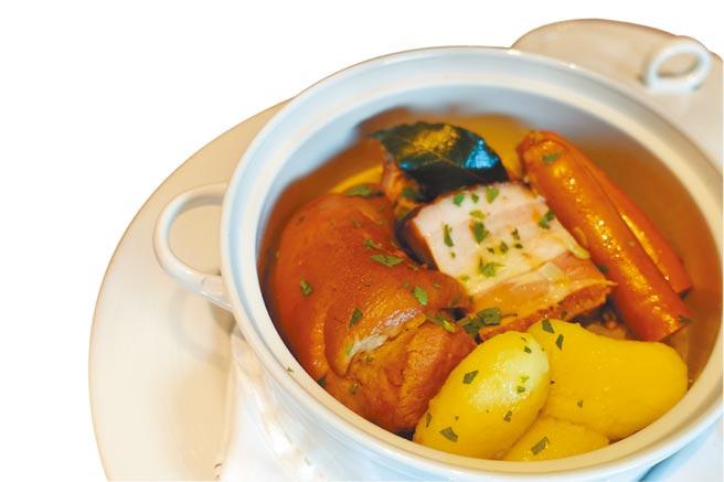 主菜「阿爾薩斯酸菜燉豬腳」內有煙燻香腸、油封豬腹肉、小洋芋、芥末汁。(黃采薇攝)