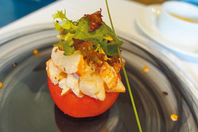 開胃菜「波士頓龍蝦沙拉」內有黑松露、酪梨蕃茄凍、香草沙拉。(黃采薇攝)