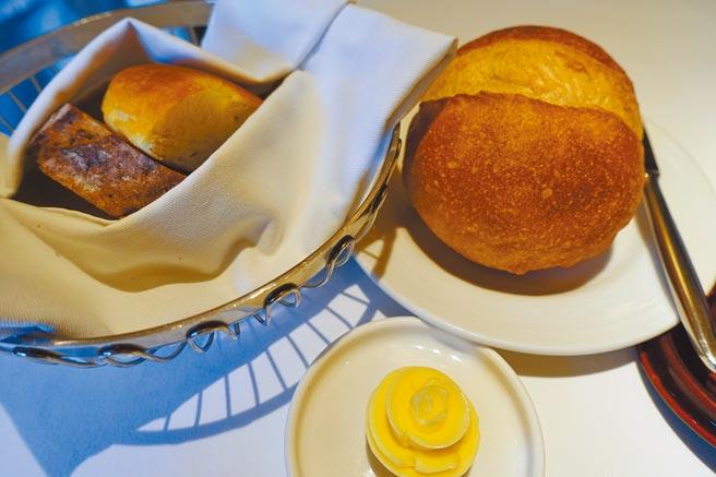 饕客最愛「法國球」麵包(右)。(黃采薇攝)