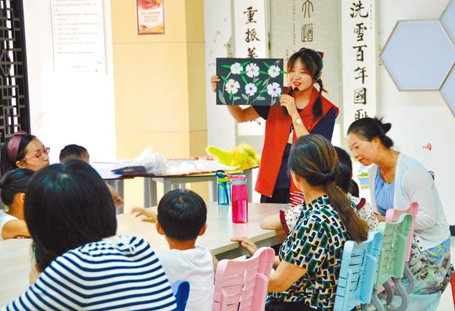 8月1日,安徽合肥市云川社区开设亲子手工课堂,丰富孩子们的暑期生活。(中新社)