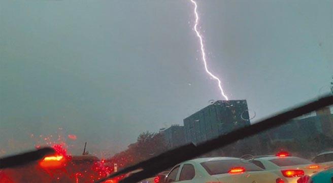 8月18日,四川雅安暴雨,市區下午天空卻一片黑暗。(取自微博@雅安熱點)