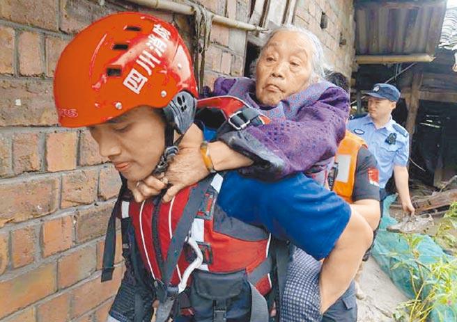8月18日,青衣江雅安段洪水,消防人員緊急疏散沿江居民。(取自微博@雅安消防119)