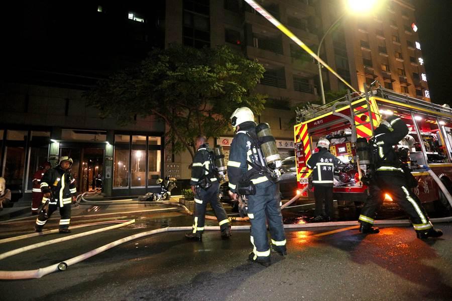 台北市內湖民權東路六段一棟住宅大樓發生火警。(黃世麒攝)