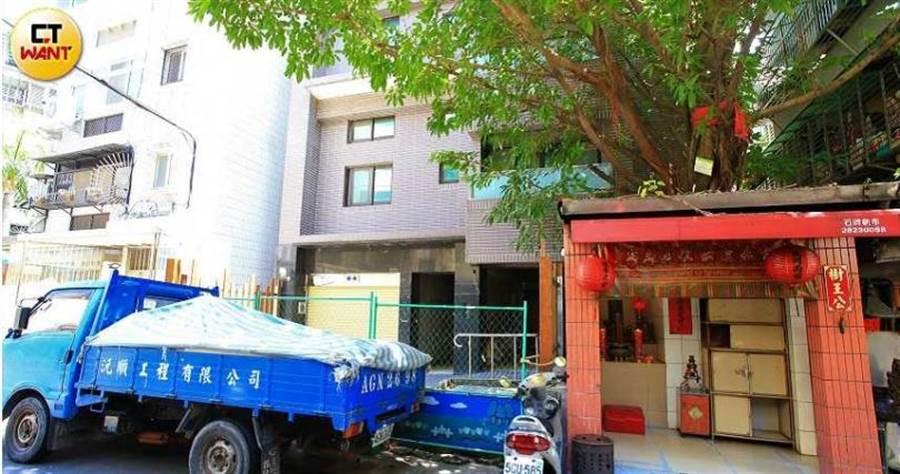 小中所購買的建案「十二章」位在石牌捷運站附近,門口有老樹和地藏王小廟,風水問題曾引起熱議。(圖/周志龍攝)