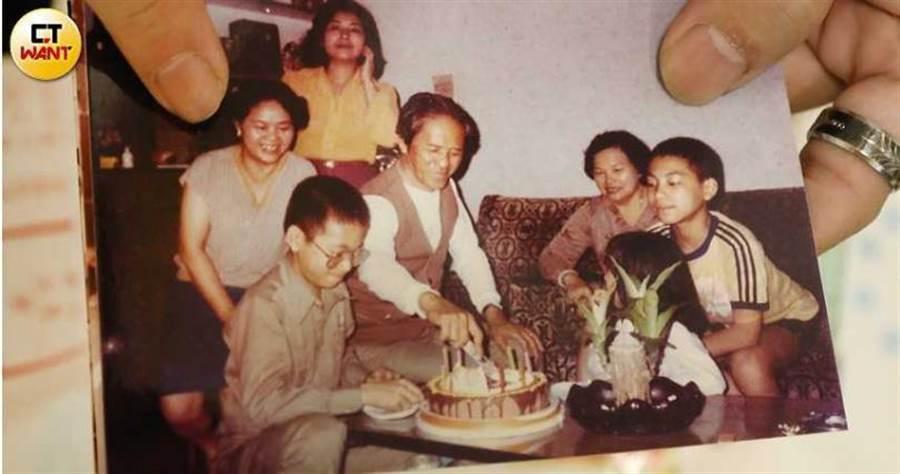 陳家是知名藝術望族,阿公陳專友在阿國生日時,還會買蛋糕為他慶祝,本該和樂的家庭卻在吳女出現後被攪得一團亂。(圖/讀者提供)