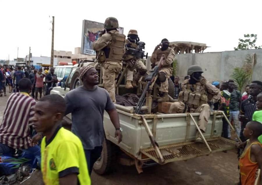 西非馬利18日驚傳政變,總統凱塔、總理席斯以及多名政府高階官員皆遭叛亂士兵逮捕,之後凱塔在軍營內自行請辭,並宣布解散國會。圖為軍隊包圍凱塔私宅。(美聯社)