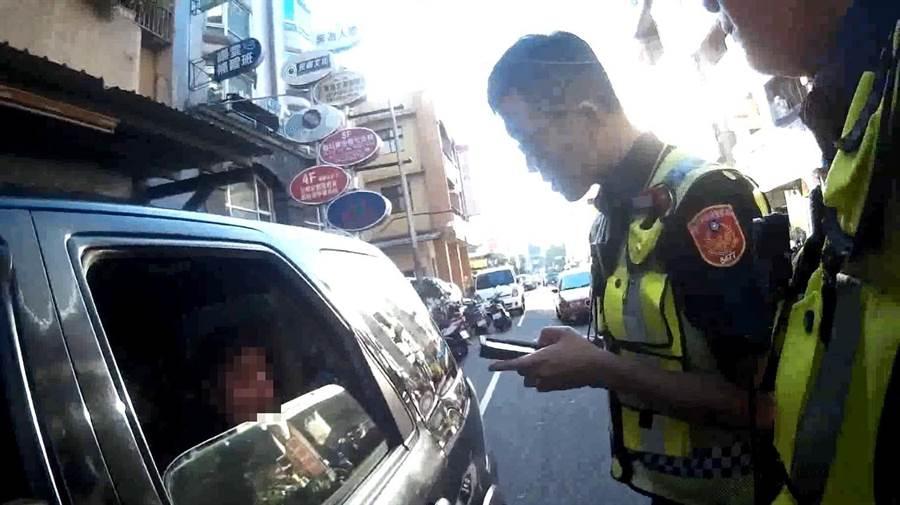 越南籍張姓男子載女,開車沒繫安全帶,遭警方查獲是逾期居留外籍移工並遣送出境。(台中市警第五分局提供/張妍溱台中傳真)