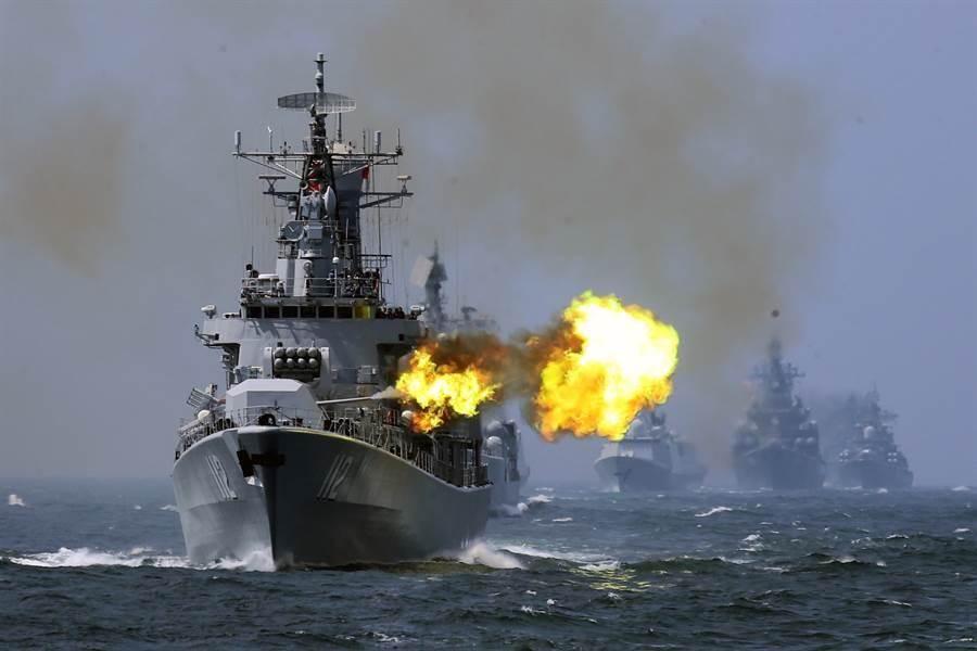 這次共軍建軍92周年大規模演習範圍涵蓋5大戰區,亦包括在台灣南北兩端的浙江舟山島與福建東山島的兩場演習。圖為中共海軍導彈驅逐艦進行實彈射擊檔案照片。(圖/中新社,資料照)