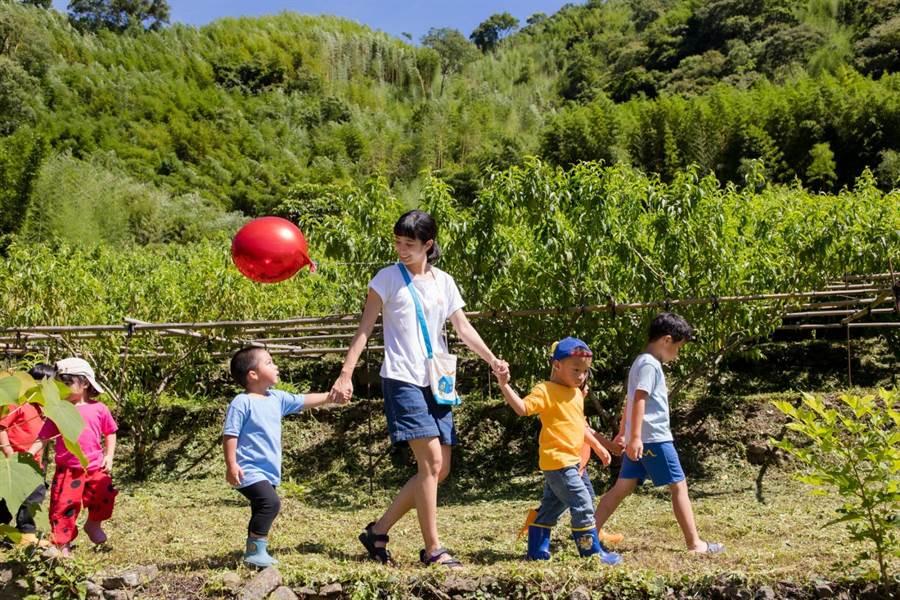 温贞菱赴马里光部落陪伴孩童。(至善基金会提供)