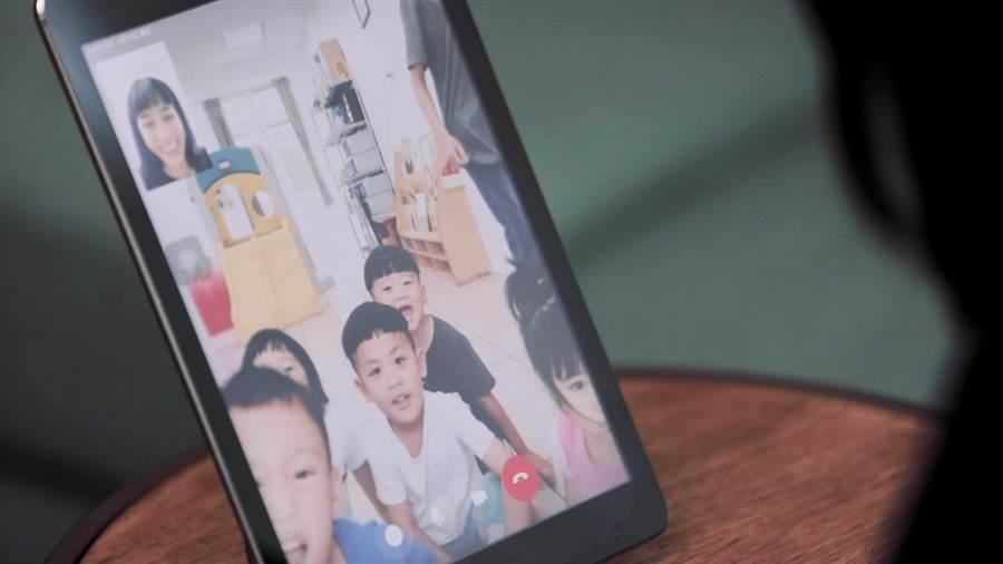 结束马里光部落陪伴志工体验后的60天,温贞菱仍持续以电话、视讯的方式,与远在120公里外马里光部落的孩子们「远距传情」。(至善基金会提供)