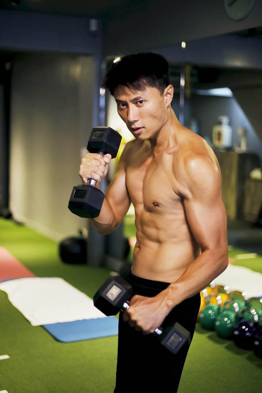 小刀近期正在進行增肌減脂健身計畫。(量能文創提供)