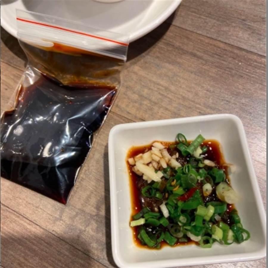 一名女大生約男網友出門吃飯,沒想到對方竟自備醬油,讓許多網友笑翻。(圖擷取自Dcard)