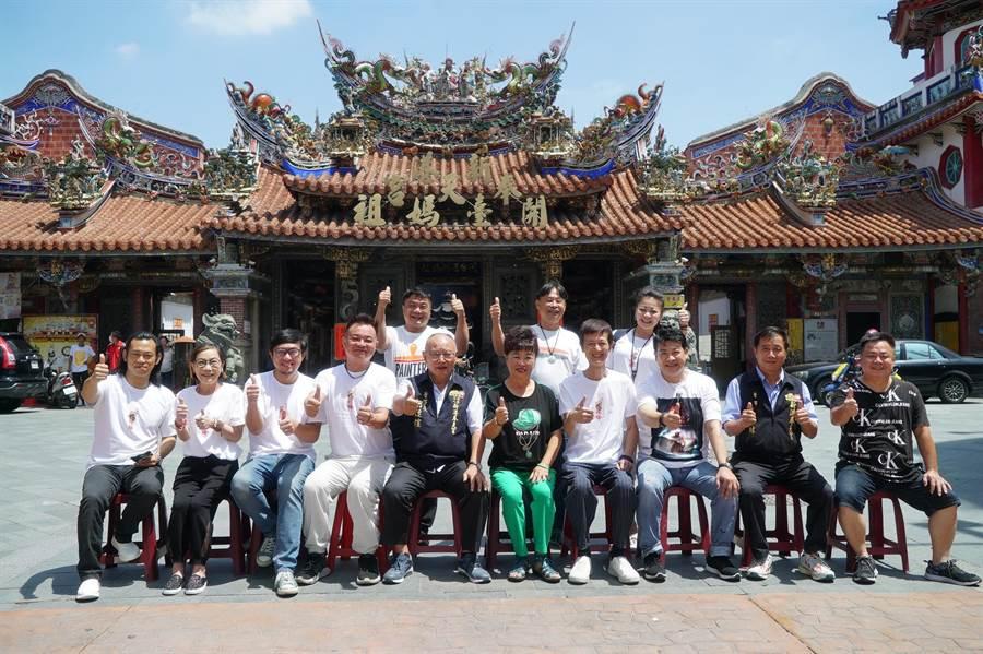 《粽邪2》剧组和演员在嘉义新港奉天宫受到热烈欢迎。(华影提供)