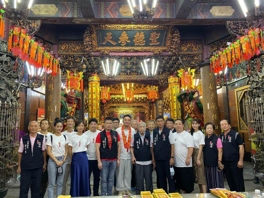 《粽邪2》剧组参拜板桥慈惠宫。(华影提供)