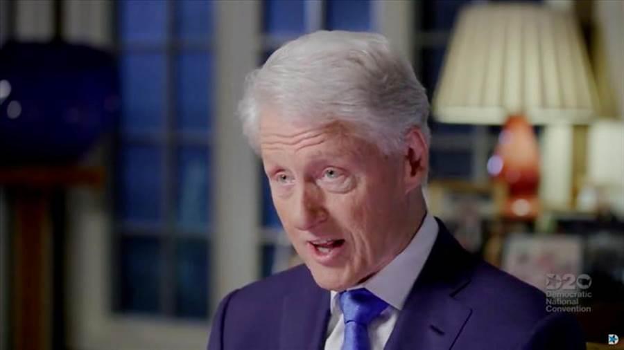 美國前總統柯林頓才剛在民主黨全國代表大會(DNC)上露面,重砲抨擊川普抗疫不力,同一天就有人向媒體踢爆,柯林頓18年前多次搭乘好萊塢已故「淫魔富豪」艾普斯坦的「極樂專機」參加派對,下機後還有年輕女孩幫他按摩肩膀。(路透)