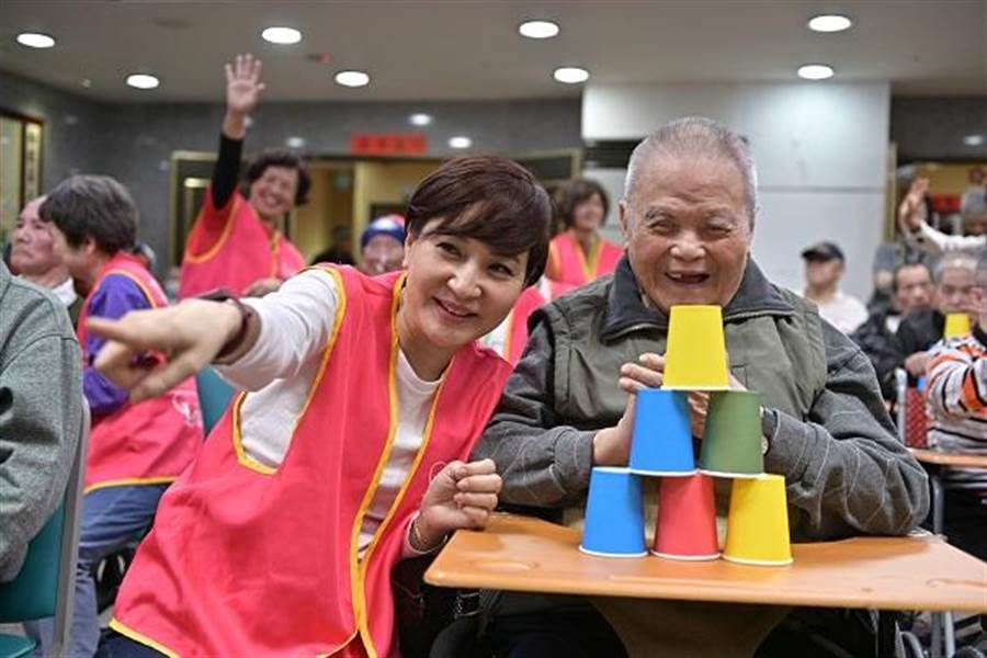 方芳芳日前陪伴弱势老者,分享温暖。(台湾优质生命协会提供)