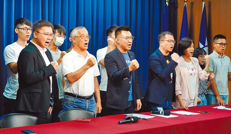 面對高雄市長補選敗選後的紛擾,國民黨主席江啟臣(中)18日表示,社會上所有族群都是國民黨爭取的對象,國民黨不會讓人見縫插針。(姚志平攝)