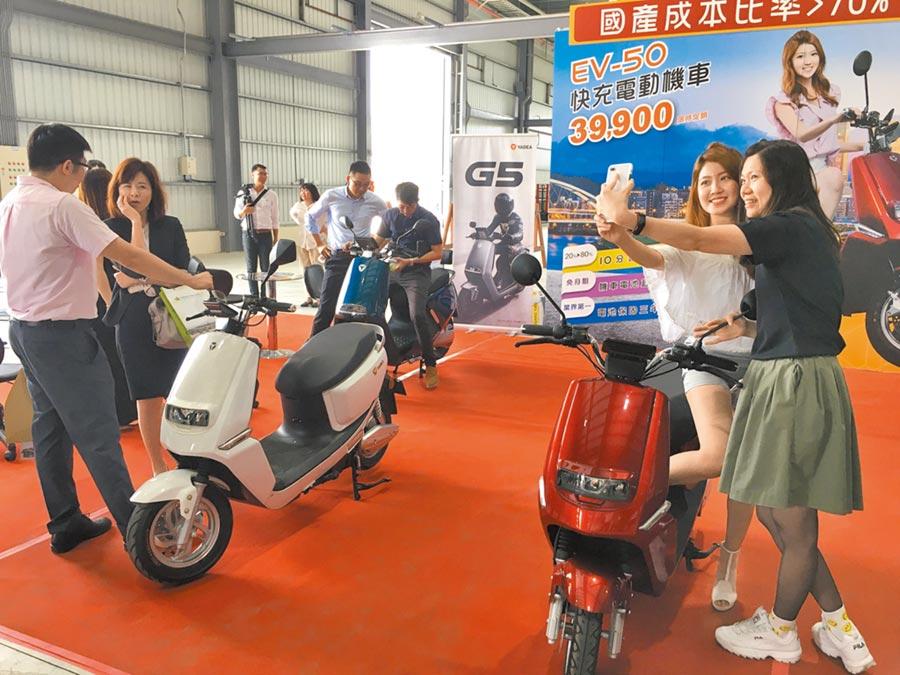 凱勝綠能嘉義廠展示電動機車EV-50,吸引全場目光。(廖素慧攝)