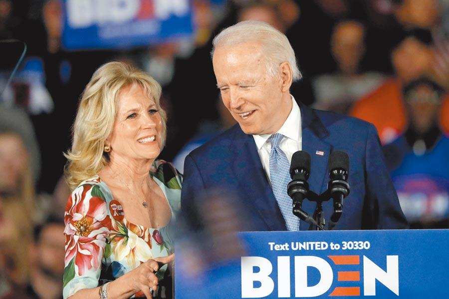 美國民主黨全代會將於20日正式提名拜登(右)為總統候選人。尷尬的是,拜登之妻吉兒(Jill Biden,左)的前夫出面踢爆,指控拜登是當年造成他和吉兒離婚主因,浪漫交往始於婚外情。(美聯社)