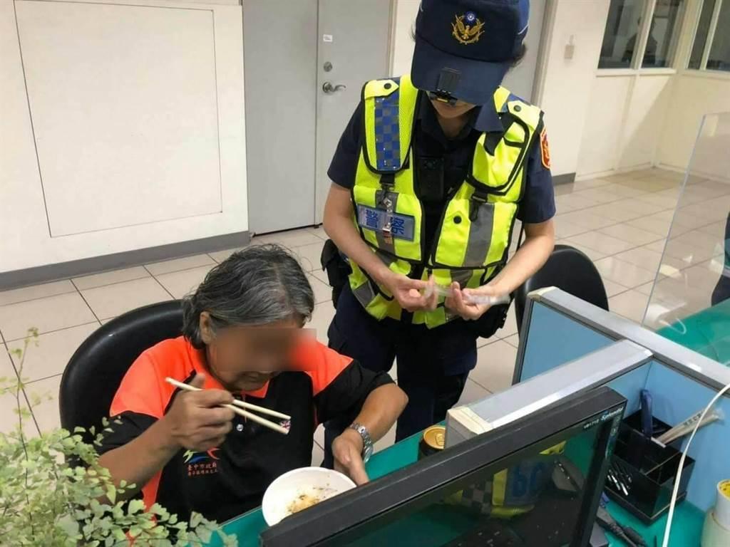 警方隨即泡上一碗熱騰騰的泡麵讓張女果腹,並運用M-POLICE人臉辨識系統,成功辨別張女身分並聯絡家人。(警方提供/陳世宗台中傳真)