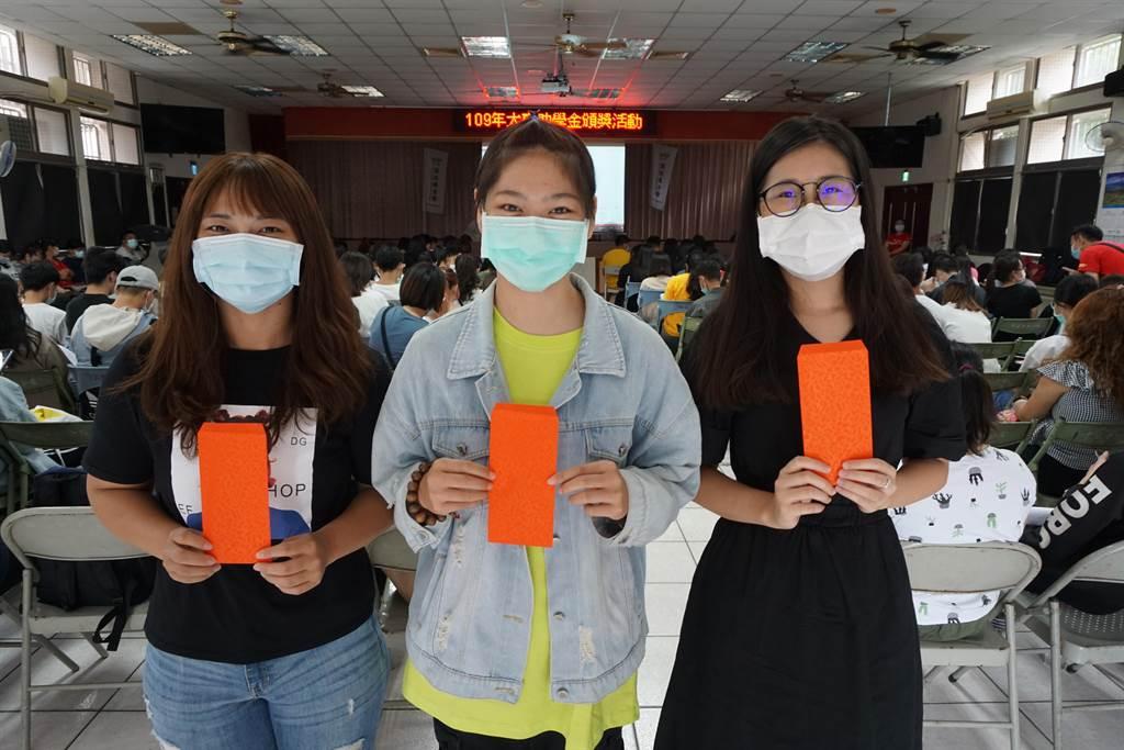 小蕙(左起)、小沛、小如等遭逢家變、經濟弱勢,但仍一心向學,獲頒獎助學金,讓他們就學無後顧之憂。(王文吉攝)