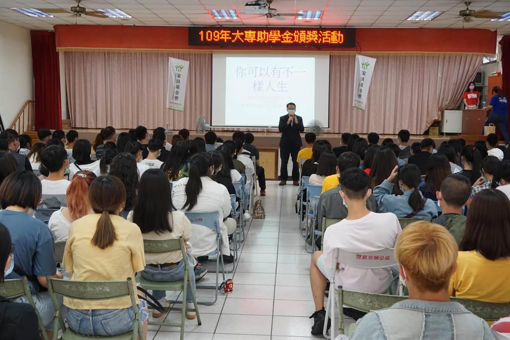 台中北區家扶中心副主委徐嵩明也是家扶自立青年,7歲喪父的他,以自身為例鼓勵學子走出人生困境。(王文吉攝)
