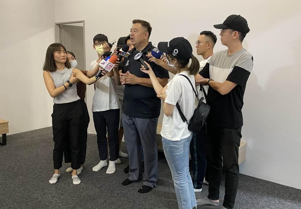 新竹攻城獅20日首次公開訓練,高景炎總經理接受媒體聯訪。(黃及人攝)