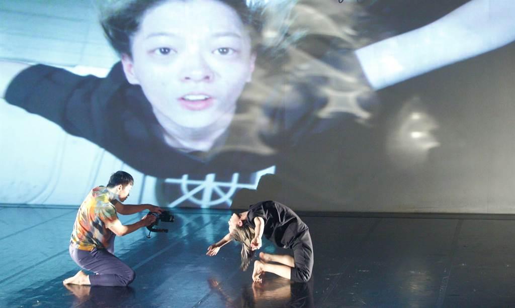 西班牙編舞家瑪芮娜.麥斯卡利作品《媒體入侵》,安排舞者手持鏡頭,近身拍攝舞者跳舞時的神情,帶觀眾從不同角度看舞。(張鎧乙攝)
