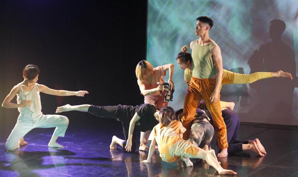西班牙編舞家瑪芮娜.麥斯卡利作品《媒體入侵》,安排舞者手持鏡頭,近身拍攝舞者跳舞時的神情,帶觀眾在虛實交錯之處看舞。(張鎧乙攝)