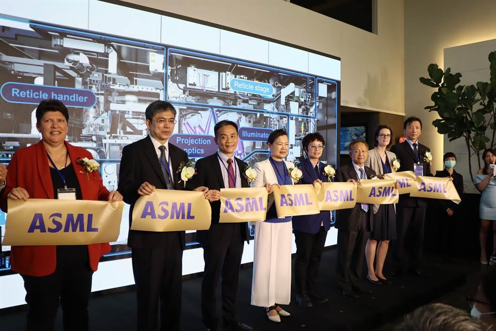 半導體設備商艾司摩爾(ASML)斥資1350萬歐元,於台南科學園區成立EUV(極紫外光)全球技術培訓中心,20日舉行開幕儀式。(劉秀芬攝)