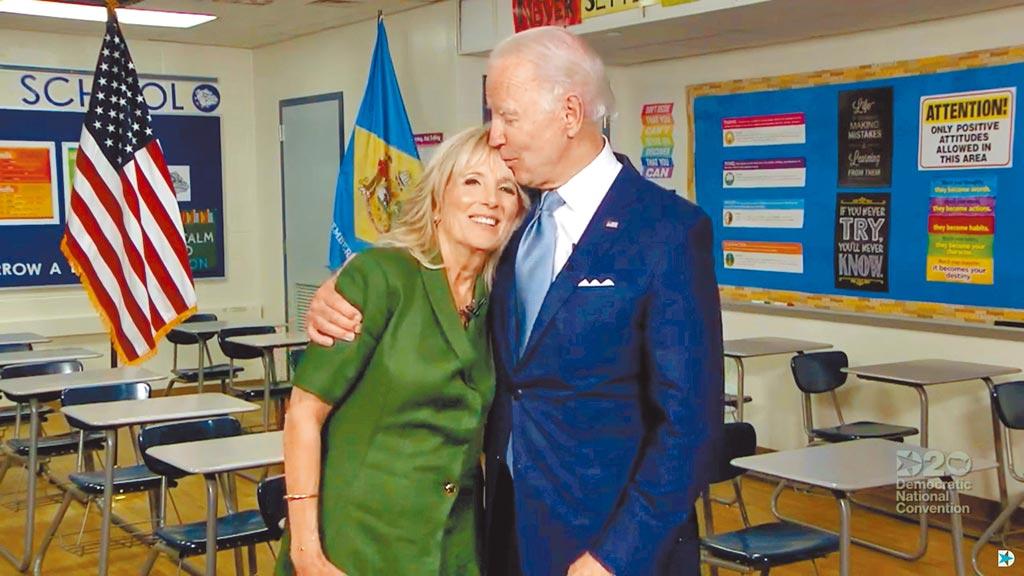 前美國副總統拜登(右)18日正式獲得民主黨全國代表大會提名為總統候選人。圖為他與夫人吉兒。(路透)