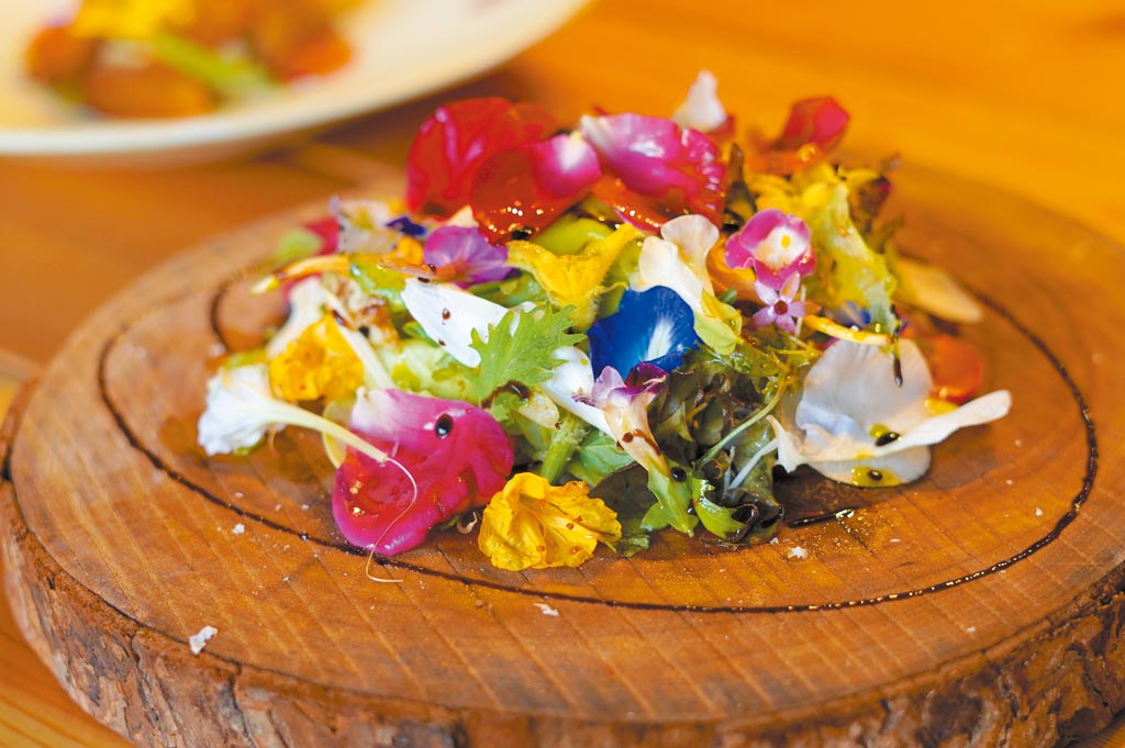 「元 Yuan」擅用許多自家栽種的當季食材,繽紛美味的招牌花園沙拉「羅勒 起士 花園沙拉」匯集30多種自家野菜。(何書青攝)