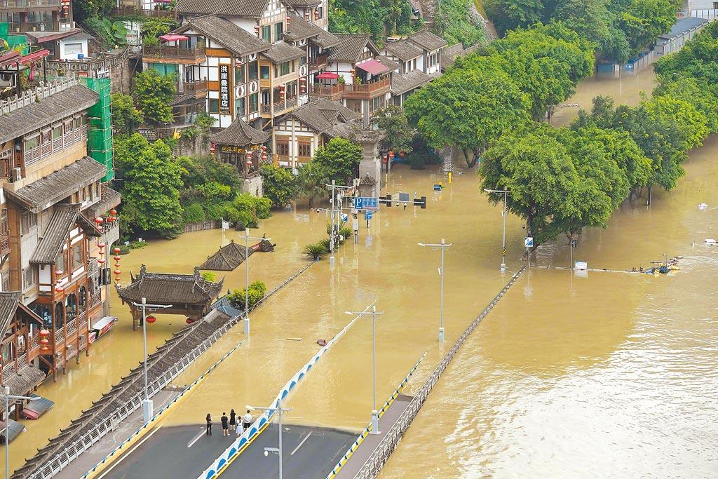 8月19日,嘉陵江洪水持續上漲,重慶洪崖洞景區一樓全被洪水淹沒。(中新社)