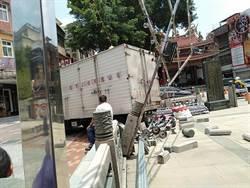 無人駕駛貨車「倒退嚕」撞毀廟方圍牆 民眾:才農曆七月鬼門開