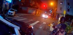 駕駛違規闖紅燈左轉未發現對向警車 網:鳴笛響起來超紓壓