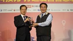綠能建設獲肯定 黃偉哲獲頒智慧城市卓越貢獻獎