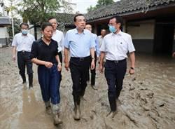 長江5號洪峰通過重慶主城區 李克強滿腳泥深入災區勘災