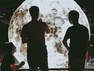 屁孩別搗亂!專業團隊連夜趕工 新月橋巨型月亮修好了