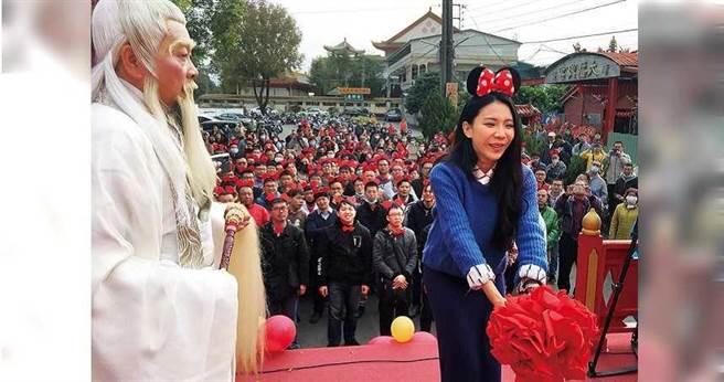 嘉義市大福興宮舉辦月老牽線活動,單身的女主持人陳巧芃,率先上場拋繡球帶動氣氛。(圖/報系資料照)