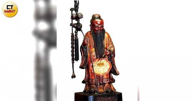 台北霞海城隍廟裡供奉的月下老人,每年會到日本進行3個月的「神明外交」。(圖/王永泰攝)