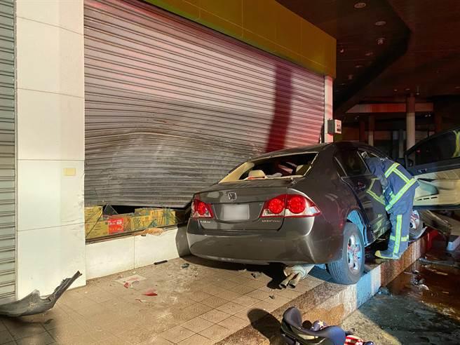 昨天晚上10點多,彰化溪湖發生一起嚴重車禍,1名林姓駕駛灰色自小客車,行經福德路時,不明原因失控自撞路旁超市。(溪湖分局提供/吳建輝彰化傳真)