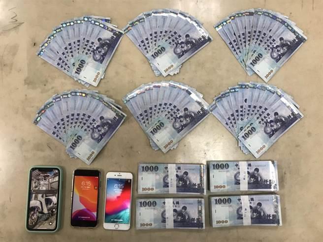 警民合作查獲詐欺車手,警方當場查扣手機3支及現金46萬元。(警方提供/何冠嫻苗栗傳真)
