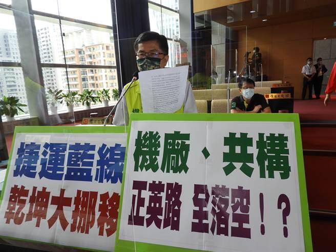 楊典忠說,捷運機廠從台中港移到龍井的山坡地保護區,有破壞大肚山生態環境之虞。(陳世宗攝)