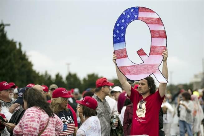 雖然支持川普的右派陰謀論團體「匿名者Q」被點名恐引起極端暴力與分裂主義,但仍獲得總統川普力挺,並稱其為愛國者。圖為匿名者Q發起的挺川普遊行。(美聯社)