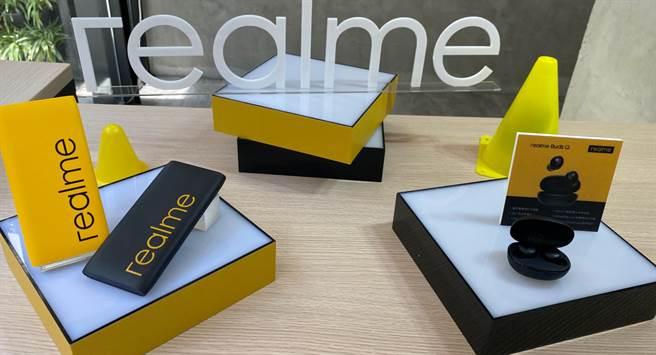 realme FanFest全球粉絲節前,官方推出realme Buds Q以及10000 realme快充行動電源2兩款新品。(黃慧雯攝)