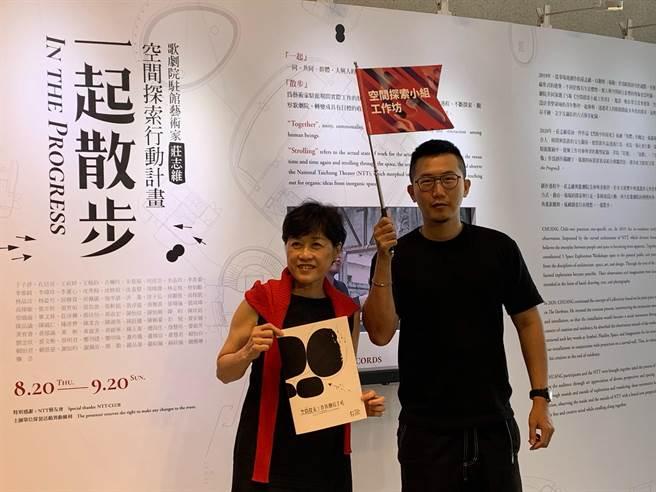 台中國家歌劇院駐館藝術家莊志維(右)利用歌劇院內空間,創作裝置展,邀民眾來一起散步。(林欣儀攝)