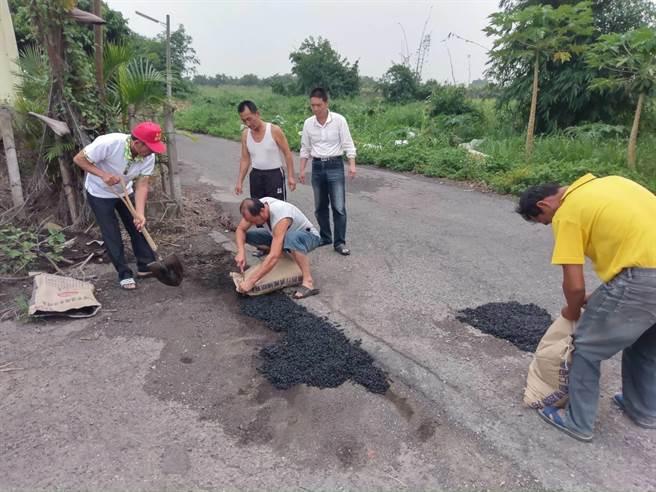 路平志工聯盟成立一年來修補500多處小坑洞,圖為大埤鄉大德村道路坑洞修補情形。(雲林縣政府提供)